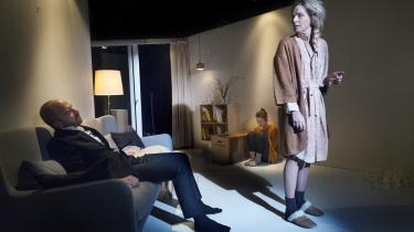 Benedikte Hansen vibrerer i sin gennemsigtige krop i forestillingen 'Tørst' på Får 302.