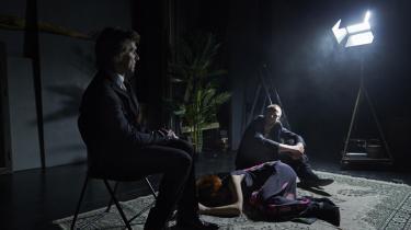 Så sidder de to mænd og handler om kvinden, der ligger på gulvet mellem dem i 'Idioten' på Aalborg Teater. Med Martin Ringsmose som Jesus-ren Fyrst Mysjkin over for Mads Rømer Brolin-Tanis udspekulerede Rogosjin – og Maria Henriksen som Nastasja Filippovna.