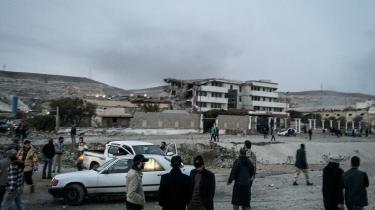 Ødelagte bygninger i Derna i Libyen, hvor egyptiske fly bombede IS-stillinger i midten af februar. Libyerne bliver dog nødt til selv at finde sammen om at bekæmpe IS, mener ekspert.
