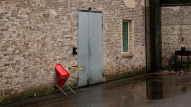 Vridsløselille Statsfængsel skulle egentlig være lukket ned, fordi det var for slidt og uegnet til at huse 240 danske kriminelle. Men nu skal der bo måske helt op til 1.000 frihedsberøvede flygtninge i stedet for. Det er ikke humant, mener enhedschef