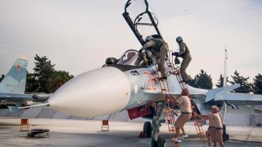 Piloter fra det russiske luftvåben klatrer ind i deres fly på Hmeimim luftbasen i Syrien. I går sagde den russiske viceforsvarsminister Nikolay Pankov ifølge BBC, at Rusland trods tilbagetrækningen fortsat vil foretage luftangreb i Syrien.