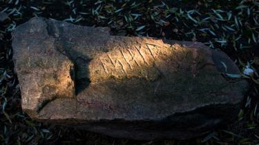 Morten Things 'Tegnenes historie' er lærd, grundig og også underholdende fremstilling af flere kulturers og tidsaldres tegngivning. Runer, som her på en runesten fundet ved Faaborg, spiller en ikke ubetydelig rolle.
