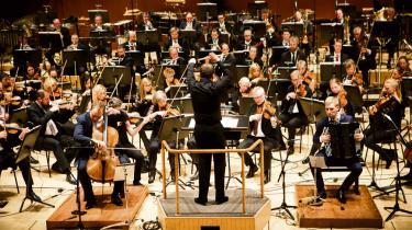 Solisterne Toke Møldrup på cello og Bjarke Mogensen på akkordeon var i front, da DR SymfoniOrkestret spillede 'Chromatische Weltmusik' af Christian Winther Christensen under åbningskoncerten for festivalen Pulsar.