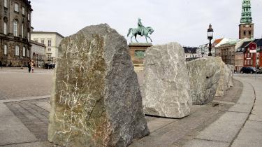 Efter bombeangrebet mod det norske justitsministerium i 2011 besluttede man at øge sikkerheden på Christiansborg og placerede mere end 80 store granitsten i en ring rundt om pladsen for at gøre det umuligt at køre tæt på i bil