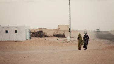 Op mod 200.000 af Vestsaharas oprindelige folk lever i flygtningelejre i den algeriske ørken. Danske banker og pensionsselskaber har investeringer i virksomheder, der efter aftale med Marokko udvinder naturressourcer fra det besatte Vestsahara, og det kan ifølge eksperter forhale en løsning for de mange flygtninge.