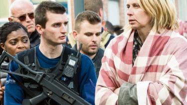En politibetjent holder vagt, mens folk evakueres fra Bruxelles' Zaventem-lufthavn, efter to bomber i går eksploderede og dræbte og sårede flere.