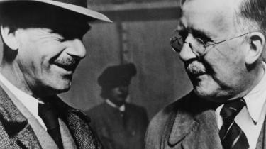 Thomas og Heinrich Mann delte tidligt litterært set land og rige imellem sig – senere også politisk – og de hang sammen til det sidste. De udsendte begge opsigtsvækkende hovedværker omkring århundredskiftet og var dermed i vælten. Og dér blev de.