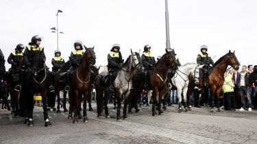 Ridende politi holder opsyn ved en fodboldkamp mellem Feyenoord Rotterdam og Ajax Amsterdam. Det hollandske politi råder over 150 politiheste, har den danske ambassade meddelt. De er blandt andet gode, fordi de aftvinger respekt uden at forekomme aggressive, lyder de hollandske erfaringer, som ambassaden har indhentet på forespørgsel fra DF'eren Peter Kofod Poulsen.