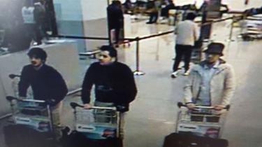 Overvågningskameraer i Zaventem-lufthavnen fangede tirsdag tre gerningsmænd bag selvmordsbomberne. Manden i midten er Ibrahim el-Bakraoui, mens de to øvrige fortsat er uidentificerede.
