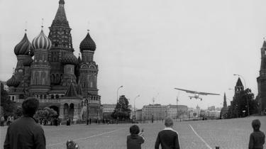 Michael Dobbs har bygget sin fortælling op om fire oprør, der var medvirkende til sovjetstatens fald. Et af dem er den 19-årige vesttysker Mathias Rusts landing med en lille sportsflyver, en Cessna 172, på Den Røde Plads I Moskva i 1987.