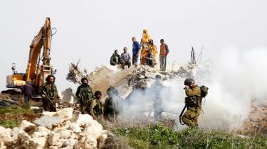 Israelske sikkerhedsstyrker holder vagt ved et palæstinensisk hus, der bliver revet ned. Huset, der lå i landsbyen Beit Ula ved Hebron på Vestbredden, var ifølge de israelske myndigheder ikke godkendte.