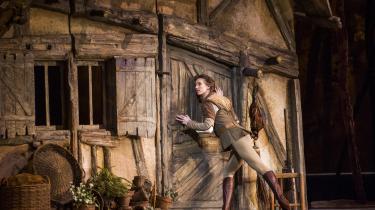 Teater til folket. Sidste år deltog 730.000 i biografvisninger, mens 47.900 deltog i gratis udendørs-visninger af Royal Opera Houses forestillinger. Her er det en scene fra balletten'Giselle'.