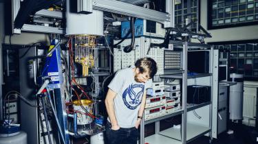 Albert Einstein og Niels Bohr kom i sin tid op at toppes om det mysterium, som Morten Kjærgaard nu arbejder med at forstå: At kvantemekanikken på bestemte punkter ophæver andre gængse naturlove.