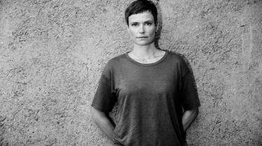 I sin roman 'Mia' beskriver Malene Ravn sympatiske menneskers dilemmaer, så hårene rejser sig. Det handler om kvinder,   der frygter mænd.