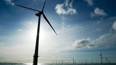 Netop som DONG har måtte opgive udvinding fra Hejre-oliefeltet i Nordsøen, rammes energigiganten nu af problemer i de store havbaserede vindmølleparker: De forreste vindmøller tager vinden fra de bageste