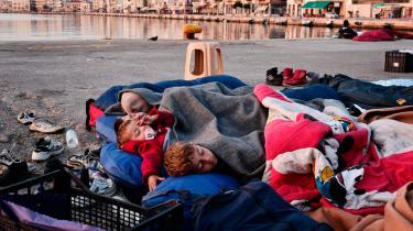 Hundredvis af flygtninge sover på havnekajen i Chios by. De er strandet i Grækenland, og mange overvejer nu at søge asyl der.