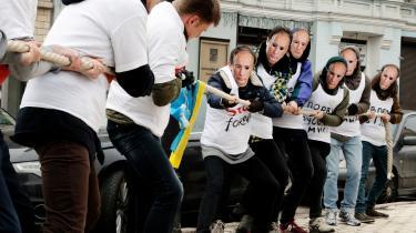 Ukrainske aktivister uden for den hollandske ambassade i Kiev. Aktivisterne opforder hollænderne til ikke at stole på Putins propaganda forud for den hollandske folkeafstemning om EU's associeringsaftale med Ukraine.