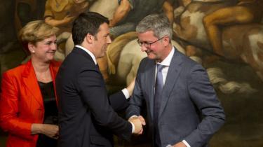 Den italienske premierminister Matteo Renzi (i midten), trykker hånd med Audis adm. direktør, Rupert Stadler, mens Italiens industriminister, Federica Guidi, (t.v.) ser på. I sidste uge måtte hun forlade sit embede som følge af telefonaflytning.