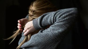 Fem drenge optog voldsomme seksuelle videoer med Sofie, og efterfølgende blev de delt til tusinder af mennesker via mobilbeskeder og sociale medier. Selv mener hun, at andre unge opfatter det som helt normalt at dele den slags videoer, som var ved at ødelægge hendes liv