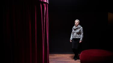 På 35 år har børneteater udviklet sig fra at være utænkeligt til at være respekteret og anerkendt for sin evne til at tale til alle børn uanset baggrund. Pioneren Hanne Trolle har været med hele vejen, og nu lukker hun sit teater med en højaktuel forestilling om flygtningebørn