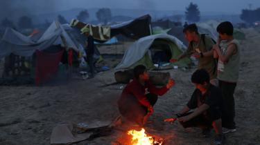 Michael Graversen er netop vendt tilbage fra flygtningelejren i Idomeni på grænsen mellem Makedonien og Grækenland. Med aftalen mellem EU og Tyrkiet, som trådte i kraft i mandags, mener han, at der vil der ske en forøgelse i antallet af illegale flygtninge, der ikke ønsker at blive sendt tilbage til Tyrkiet og derfor vælger at leve uden for samfundet med risiko for at havne i kriminalitet eller blive socialt udstødte.