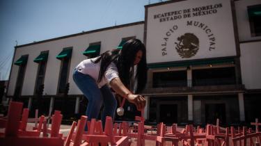 En kvinde sætter endnu et kors foran rådhuset i Ecatepec ca. 20 km fra Mexico CIty under en protest mod kvindedrabene i kommunen. I de seneste fire år er der fundet over 600 kvindedrab sted i Ecatepec.