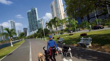Panama Citys skyline lugter af penge. Økonomien er vokset gennemsnitligt med mere end fem procent over de seneste fem år. 35 procent af landets BNP bliver skabt i den finansielle sektor