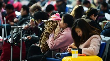 En mor kysser sit barn i ventehallen på Hefei-togstationen i Anhui-provinsen. En ny lov skal dæmme op for den vold, som hver fjerde gifte kinesiske kvinde ifølge det nationale kinesiske Kvindeforbund oplever