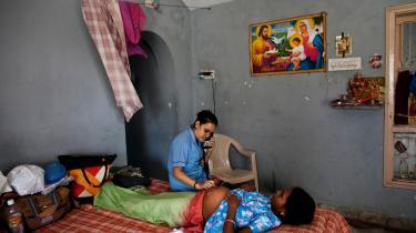 En sygeplejerske undersøger en rugemor på en klinik i Indien. Godt 12.000 udlændinge kommer til Indien hvert år for at finde surrogatmødre, en stor del af dem fra Europa.   Arkiv