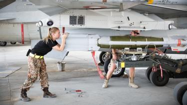 Danske F-16-fly har tidligere bombet IS-mål i Irak fra Al Jabar Air Basen i Kuwait. Nu vil regeringen  give danske F-16-fly lov til at bombe Islamisk Stat-mål, uanset om det kommer til at koste civile syrere og irakere livet.