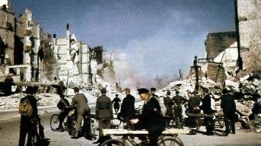 Hamburg efter et bombeangreb. Selv da det var åbenlyst for de fleste, at Tyskland havde tabt Anden Verdenskrig, fortsatte styret med at sende unge mennesker i døden og med at henrette soldater og civile, der ikke ville deltage i kampene.
