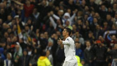 Efter sit tredje mål i kampen kunne Ronaldo lette med kraften fra hyldesten på Bernabeu.