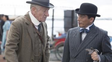 I denne uge er der i Cinemateket i København dansk premiere på en ny i rækken af Sherlock Holmes-film. Bill Condon har instrueret 'Mr. Holmes' med Ian McKellen i titelrollen, der er et vellykket forsøg på at fortælle om den aldrende detektiv, der ikke længere husker så godt.