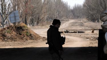 En ukrainsk soldat ved frontlinjen mellem det område, regeringen kontrollerer, og de prorussiske oprøreres territorium. Selv om hverdagen så småt er vendt tilbage, er der jævnligt sammenstød mellem de to parter i den såkaldte 'grå zone'