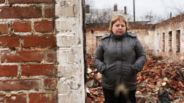 Krigen i Østukraine har medført enorme ødelæggelser i Slavjansk. Nogle har været heldige at få genopbygget deres hjem, andre har ikke. Mellem ruiner og skudhuller fortæller byens indbyggere om brudte løfter, destruktion og håb
