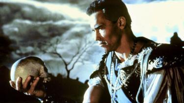 I filmen 'Last Action Hero' fra 1993 indtager Arnold Schwarzenegger rollen som dansk renæssanceprins og  kaster sin onkel Claudius – der har myrdet kongen – gennem et mosaikvindue. En voiceover runger: 'Something is rotten in the state of Denmark – and Hamlet is taking out the trash.'