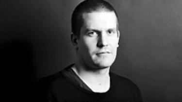 Sebastian GjerdingFødt 1983. Journalist på Moderne Tider. Castet af brevkassens redaktør med ordene: Vi har brug for en ung, venstreorienteret mand