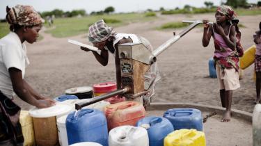 Kvinder henter vand ved en vandpumpe i Mozambique, som er et af de to afrikanske lande, hvortil der ikke længere bliver sendt dansk udviklingsbistand.