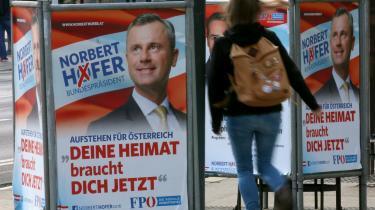 Den højrenationale Norbert Hofer (på valgplakaten) er favorit til vinde det østrigske præsidentvalg, eftersom han kun skal overbevise yderligere 15 procent af vælgerne for at opnå en sejr, mens modstanderen, Alexander van der Bellen, skal finde over 30 procent nye vælgere.