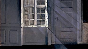 Det ligner rene gengivelser af Hammershøis stuer, men der er ikke megen sammenhæng med den måde, han selv boede på, viser fotografier af parrets hjem. Maleri: Vilhelm Hammershøi, 'Støvkornenes dans i solstrålerne', 1900, Ordrupgaard.