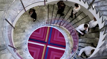 Der er i den offentlige debat en særlig aura omkring A.P. Møller-Mærsk, som nærmest er hævet over kritik, mener dagens kronikør. Her ses en vindeltrappe i Mærsks hovedkvarter på Esplanaden. Arkiv