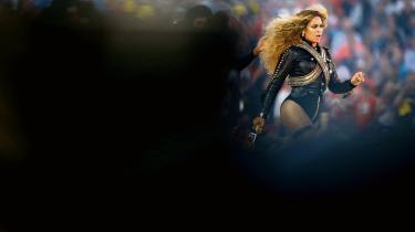 Beyoncés optræden ved Super Bowl i februar havde en sjældent set politisk kant med dansere i Black Panther-inspireret tøj og knytnævehilsen mod publikum.