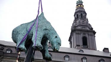 For tiden kan forbipasserende ved Christiansborg se denne døde isbjørn spiddet, så skindet løfter sig 12 meter over jorden. Kadaveret er af kobber. Uhyggeligt naturalistisk udført