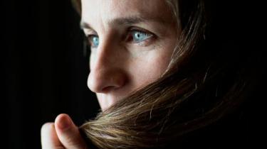 Hovedpersonen i Adelle Waldmans roman 'Nathaniel P's affærer' er en moderne mand, der er bevidst om kvindefrigørelse og siger og mener de rigtige ting. Han anerkender bare ikke kvinder på samme niveau som mænd
