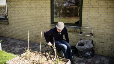 Sclerosepatienten Jack Mikkelsen selvmedicinerer sig med cannabis, selv om lægerne fraråder det. Ligesom Jack ønsker flere s clerosepatienter en lovliggørelse af medicinsk cannabis, da traditionel behandling for manges vedkommende ikke lindrer deres smerter eller spasmer.   Arkiv