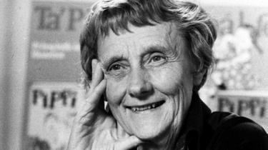 Astrid Lindgrens krigsdagbøger viser, at selv om hun endnu ikke var blevet det, så ser hun krigen som en forfatter. Med fortællerens overblik og med forfatterens tro på, at med bevidsthed kommer erkendelse. Her finder vi forklaringen på, hvordan Pippi Langstrømpe kunne opstå i verden, mens den var i krig. Som en trodsig, men kærlig insisteren på humanismen