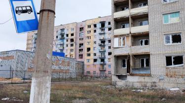 Lejlighedsblokke ødelagt af luftangreb i Donbass i Ukraine, et af stoppene på busruten mellem Slavjansk og Mariupol. Inden krigen tog den under fem timer, i dag kan den tage det dobbelte.