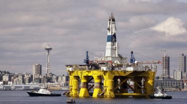 Internationale olieselskaber som Shell og BP vil kke længere være i stand til at leve op til deres egne målsætninger, medmindre de ændrer kurs, siger forskeren Paul Stephens fra Chatham House.