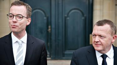 Trods talrige advarsler fra både statsadministrationens egne juridiske eksperter og EU-Kommissionen har statsministeren presset landbrugspakken frem til punktet, hvor EU nu rasler med sablen. Måske er det en nøje kalkuleret risiko, regeringen løber