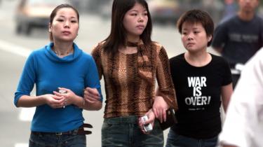 Unge piger på gaden i Shanghai